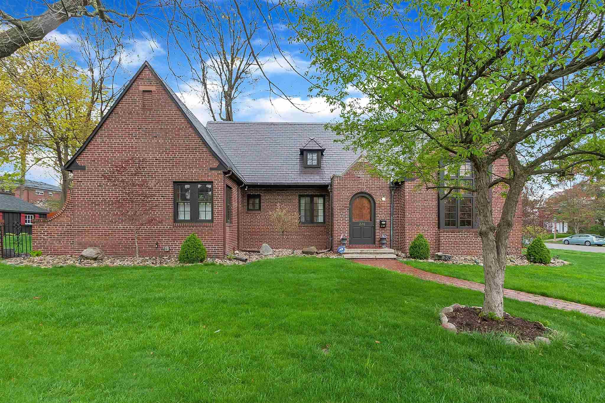 228 S Sunnyside South Bend, IN 46615